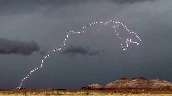 Ongelofelijke bliksem in vorm van T-Rex vastgelegd