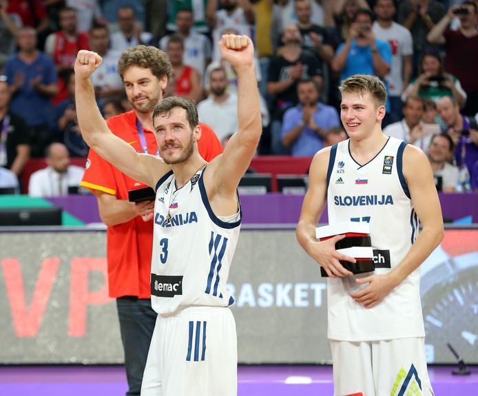Goran Dragic (links) viert de Europese titel met Slovenië.