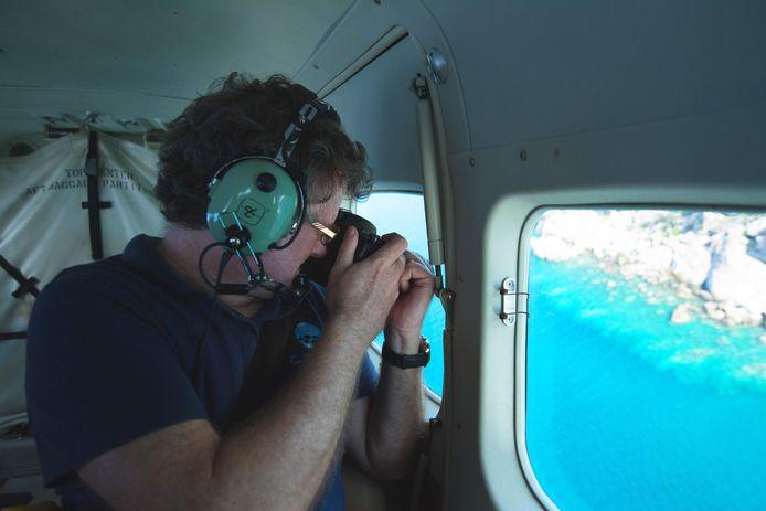 Professor Terry Hughes tijdens luchtonderzoek naar het verblekende koraal in het Great Barrier Reef.