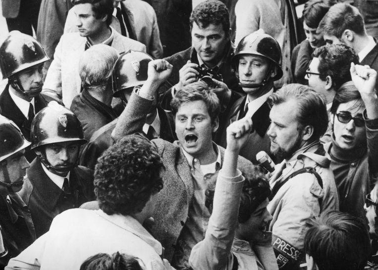 Leider van de Franse studentenrevolte Daniel Cohn Bendit (midden, met opgeheven vuist) tijdens een actie in Parijs op 7 mei 1968.  Beeld BELGA