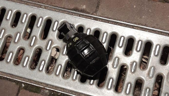De granaat die lag bij het appartementencomplex aan het Gasthuisplein in Kerkdriel.