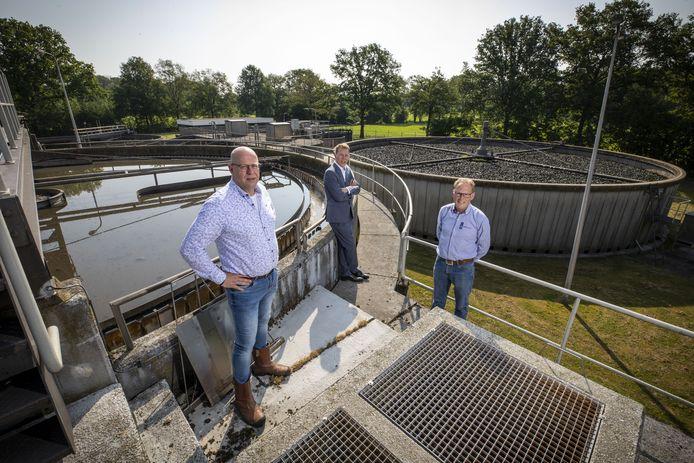 Gerrit Supheert, Erik Lievers en Herman Homan bij de rioolwaterzuivering aan de Huyerenseweg. Waterschap Vechtstromen trekt veertien miljoen euro uit voor een nieuwe installatie.