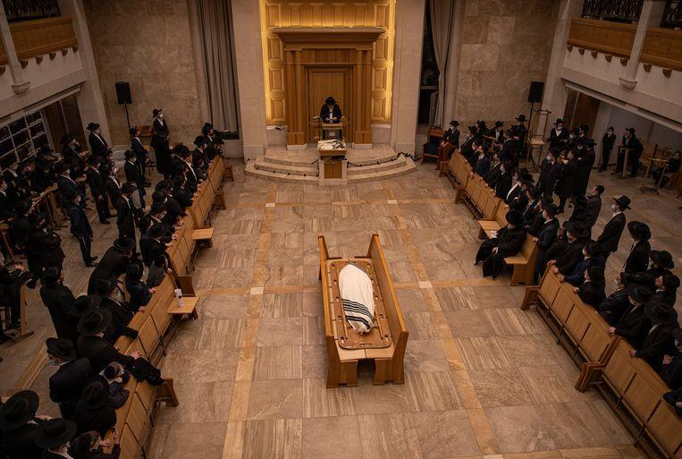 Jeruzalem, 31 januari. Ultraorthodoxe mannen wonen de begrafenis bij van rabbi Yitzchok Scheiner, die zelf overleed aan de gevolgen van Covid-19. Beeld NYT
