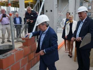 """Symbolische eerste steen gelegd van woonzorgcentrum De Reiger: """"Niet alleen nieuw gebouw maar ook nieuwe manier van werken"""""""