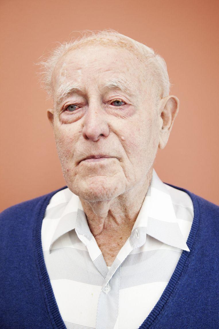 Meneer Ulenberg (93), ooit leidinggevende in een kapperszaak, luistert graag naar jazz. En anders 'naar alle muziek, zolang het maar niet te hard is'. Beeld Ernst Coppejans