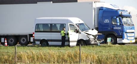 Auto's botsen met busje op A28 bij Nijkerk