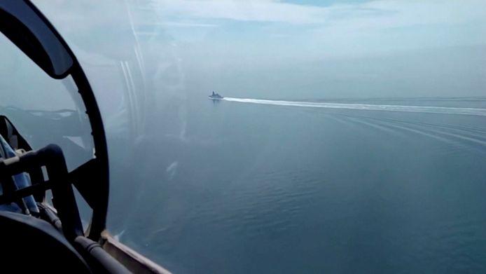 Beeld van het Russische ministerie van Defensie van de HMS Defender woensdag in de Zwarte Zee.