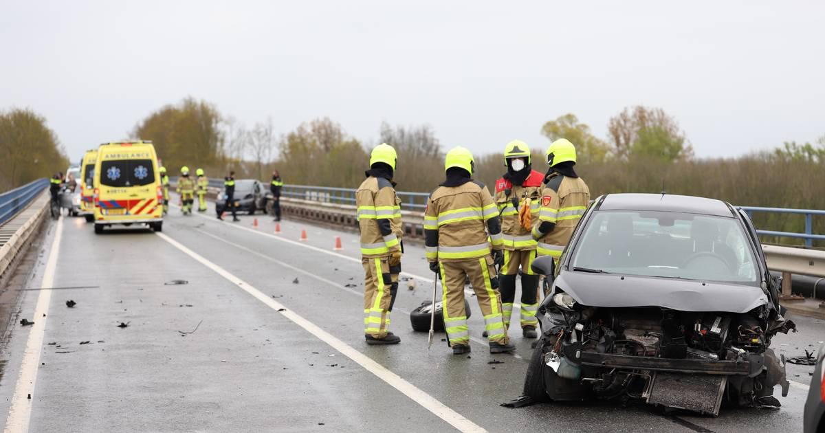 Twee gewonden bij ernstig ongeluk op N835 bij Zoelen, brug afgesloten.