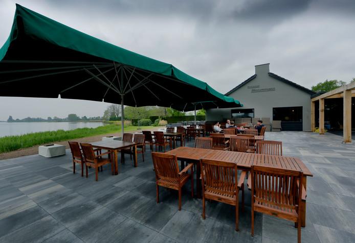 Het terras bij restaurant Binnenmaas is groter geworden en meer gericht op het water.