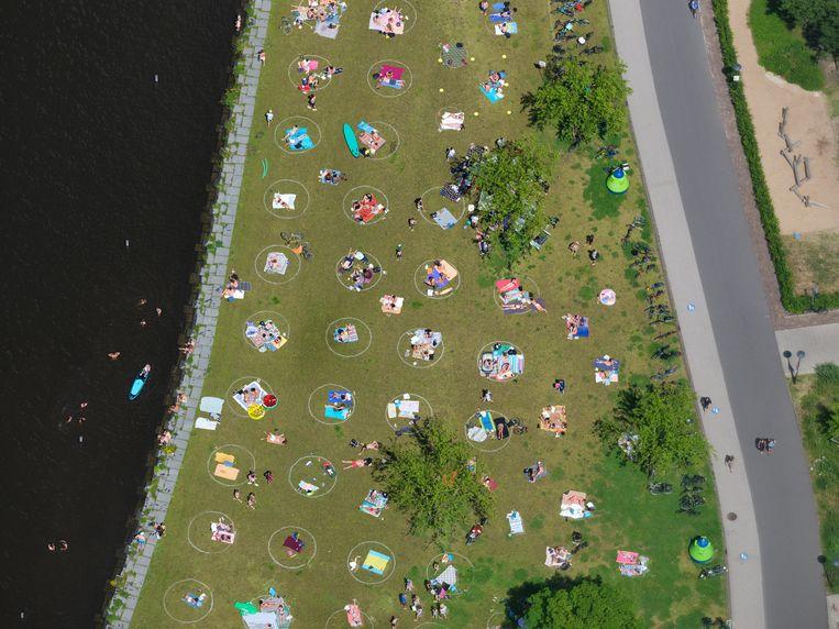 'Coronacirkels' in het veld bij Park Somerlust aan de Amstel, Amsterdam.  Beeld Marco van Middelkoop / HH