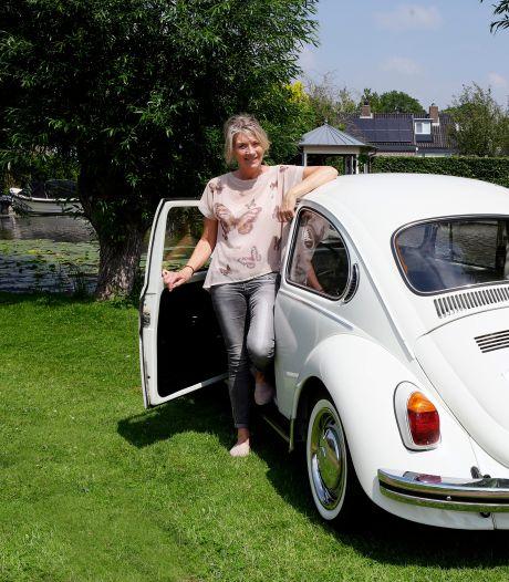 Wilma (59) rijdt al in haar zesde Kever: 'Iemand wilde 'm als trouwauto en volgde me zelfs tot mijn huis aan toe'