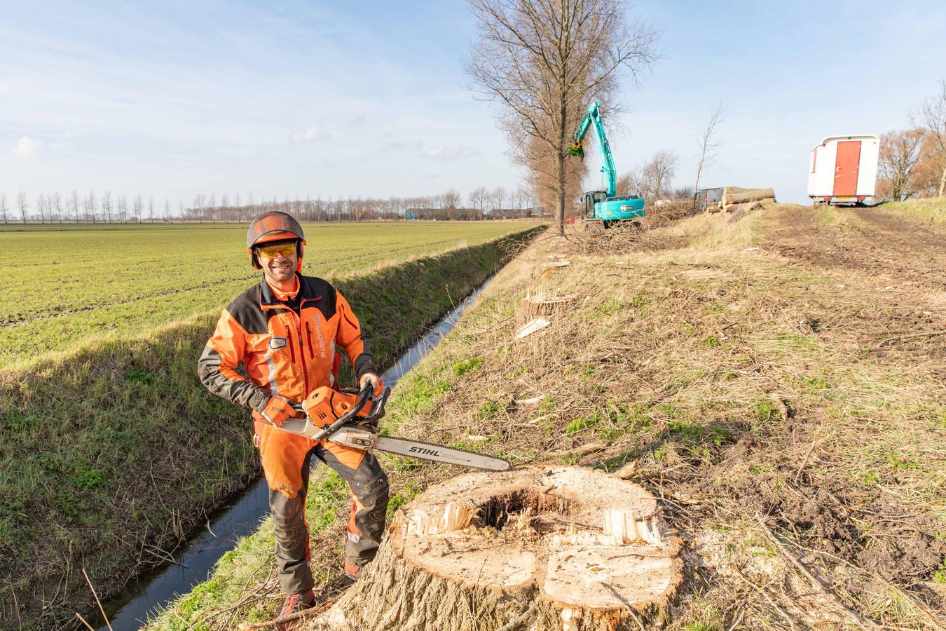 Joost de Groot van aannemer Markusse voert de klus op de Prinsendijk in opdracht van Staatsbosbeheer uit.