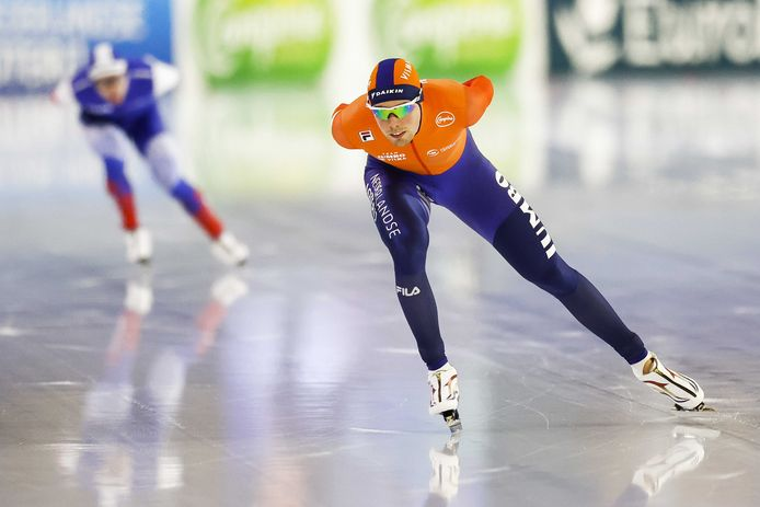 Patrick Roest in actie op de 5000 meter tegen Ruslan Zakharov (RUS) tijdens het EK Allround.