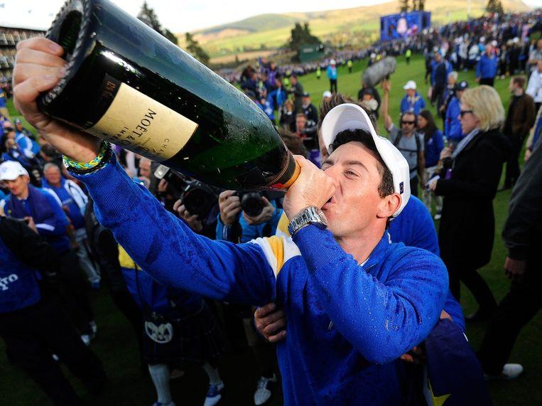 Rory McIlroy neemt een slok champagne na het winnen van de Ryder Cup. Beeld epa