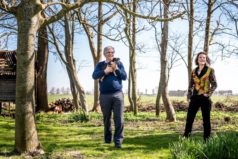 Cees Veerman en Louise Vet op Veermans grond in Goudswaard. 'Het verminderen van de veestapel is een resultaat van de ontwikkeling, niet het begin.' Beeld Linelle Deunk