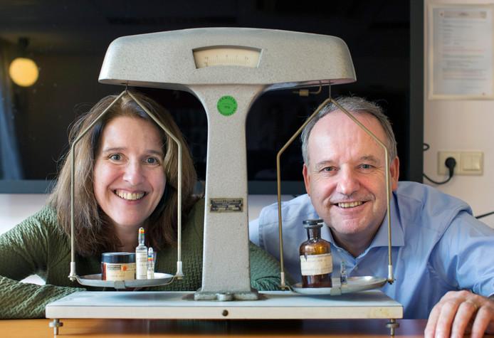 Sonja Keizers en Paul Lebbink gevangen in een antieke apothekersweegschaal. Of ze ooit hebben overwogen samen te werken? ,,Dat zou niet goed gaan. Samen een huishouden runnen gaat nog net.''
