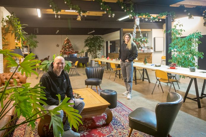 EINDHOVEN - De Maatschappelijke Opvang heeft vanaf januari een hele andere opzet. De inloop is voortaan aan de Visserstraat in Eindhoven. Op de foto Thijs Eradus (L) en zijn collega Geesje Liebregts