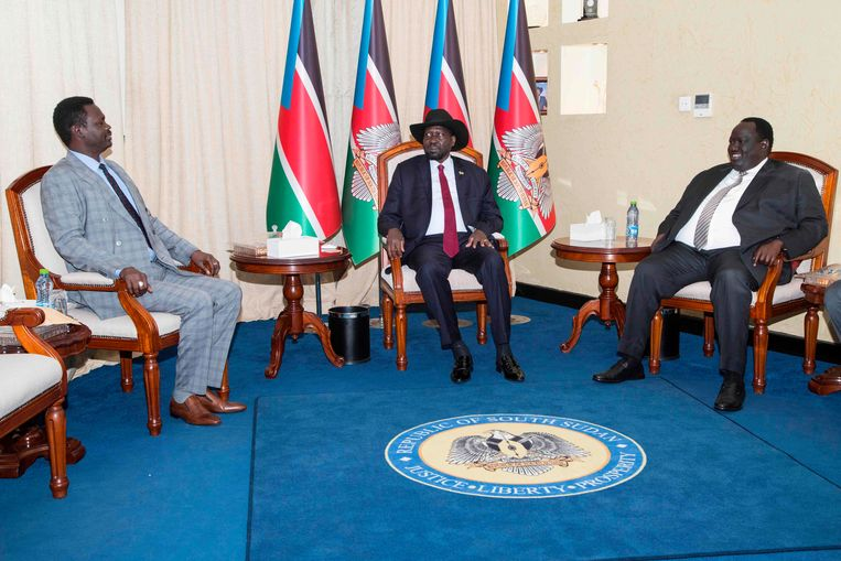 De leider van de Sudan Liberation Moment/Army (SLM/A) Minni Arko Minnawi (L) zit naast de president van Zuid-Sudan, Salva Kiir en veiligheidsadviseur Gatluak Kieu in Juba.