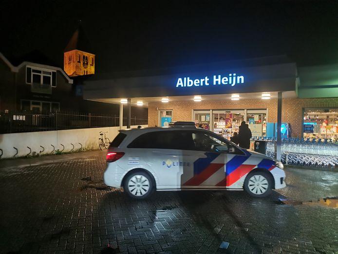 De politie bij de Albert Heijn bij Achter 't Veer in Geldermalsen na de overval.