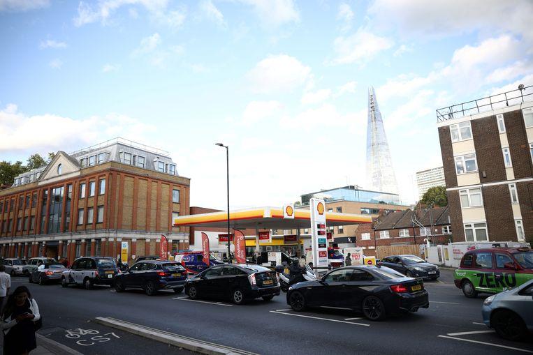 Ook in het centrum van Londen is het aanschuiven bij de tankstations. Beeld REUTERS