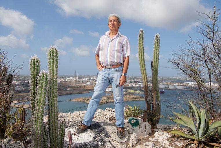 Rubin Suriel, met op de achtergrond de raffinaderij Isla. Beeld Berber van Beek