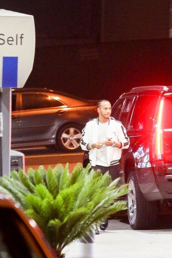 Lewis Hamilton aan het tankstation.