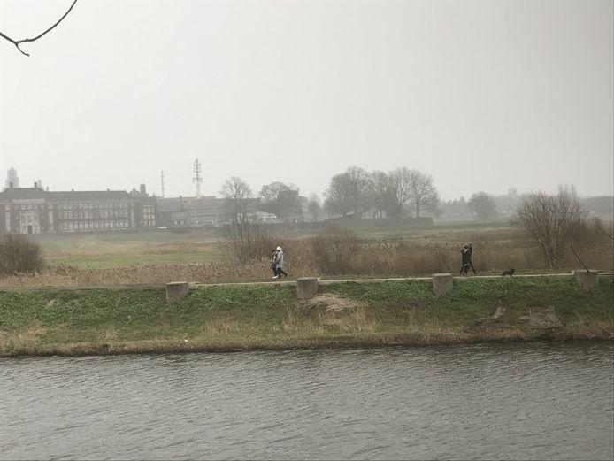 De ene wandelroute gaat door het Bossche Broek. De andere over de Paleisbrug.