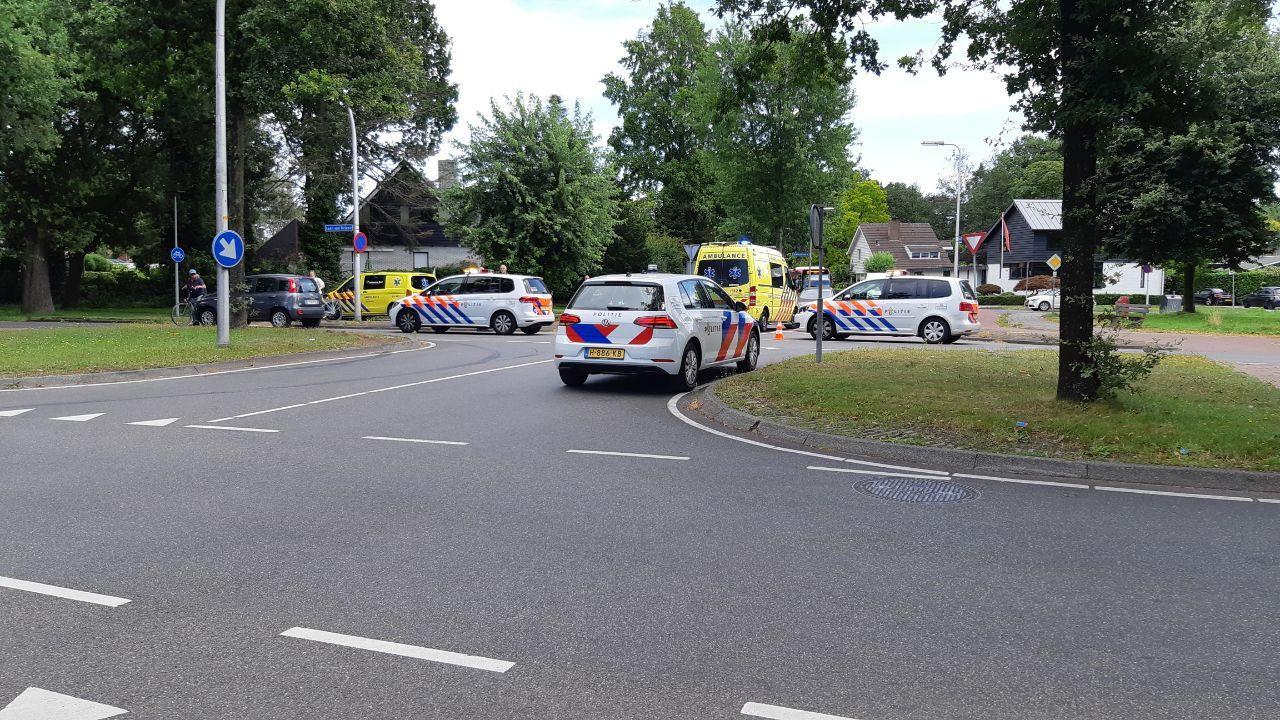 Op de kruising van de Laan van Driene met de Reviusstraat is vanmiddag een fietser in aanrijding gekomen met een auto.