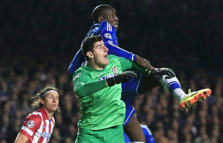 Thibaut Courtois in actie met Atlético tegen Chelsea.