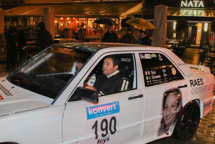 Vader James Gruwez en Bjorn Six in de witte Mercedes rallywagen voor de 6 uren van Kortrijk, waarop foto's prijken van Sharon.