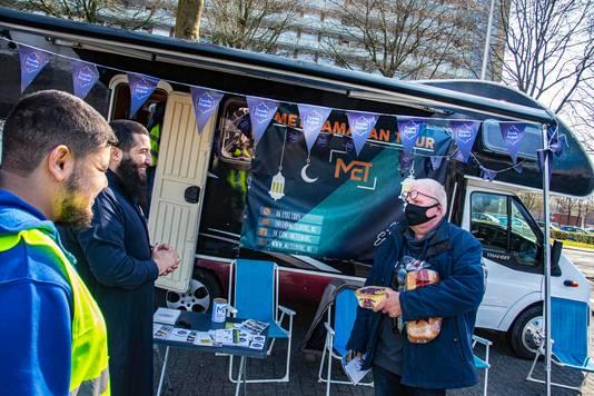 De Ramadan Tour van Moslim Empowerment Tilburg (MET). Organisatoren Mohamed El Hani (2e van links) en Mohammed Aknin (links) van MET vertellen over de Ramadan aan Tilburger en buurtbewoner Geert-Twan van Puijenbroek.
