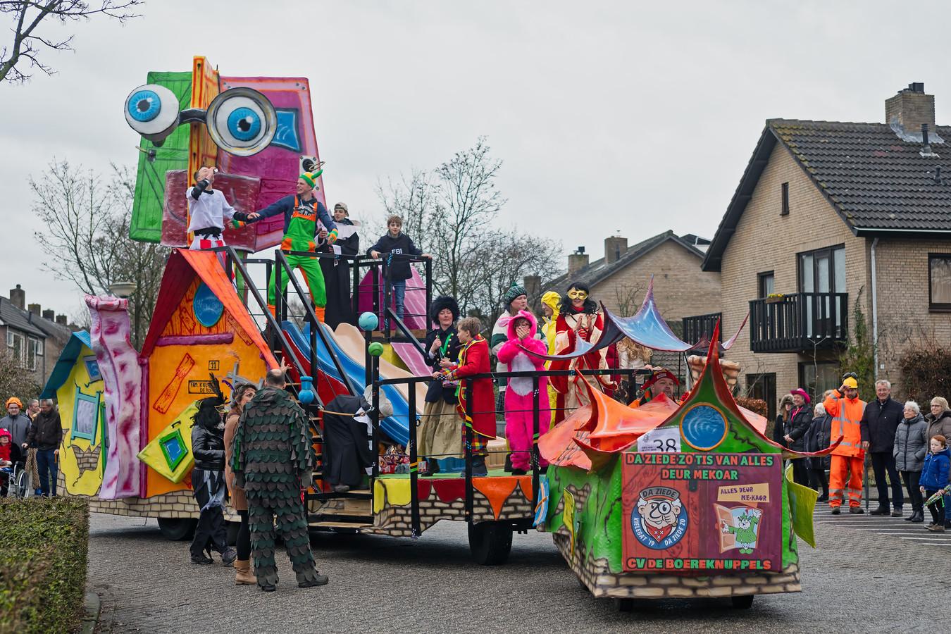 Een vrolijke foto uit de optocht van Bosuilendorp in 2019, met de wagen van CV De Boereknuppels.