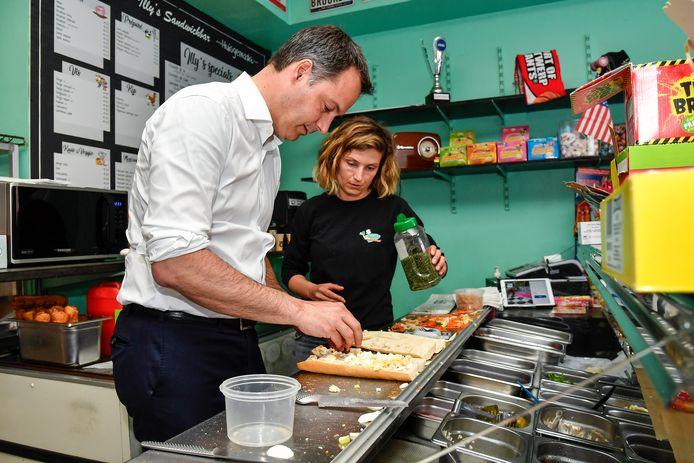 Illy geeft instructies voor een perfect broodje, Alexander De Croo voert uit.
