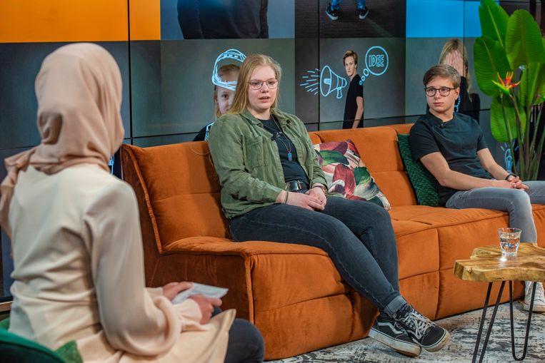 Marissa Eikenaar (blond met bril) groeide de afgelopen jaren op in armoede. Vandaag bood ze de kinderrechtenrapportage aan demissionair staatssecretaris Blokhuis aan. Beeld Danielle van Bergen