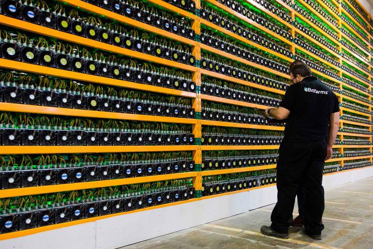 Onder meer bij Bitfarms in het Canadese Quebec worden bitcoins gemijnd. Beeld AFP
