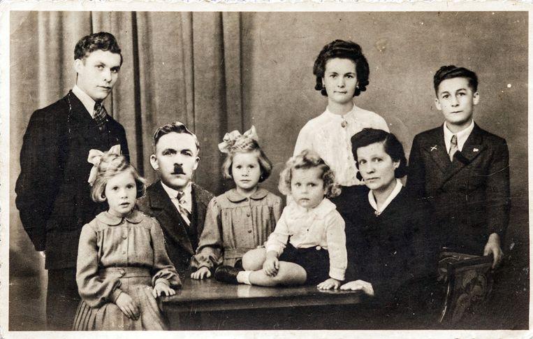 Een opmerkelijke familiefoto.De vader van Bertje is tussen haar en haar tweelingzus 'gefotoshopt'. Op het moment van de opname was Leopold Ureel immers al overleden. Beeld Bob Van Mol