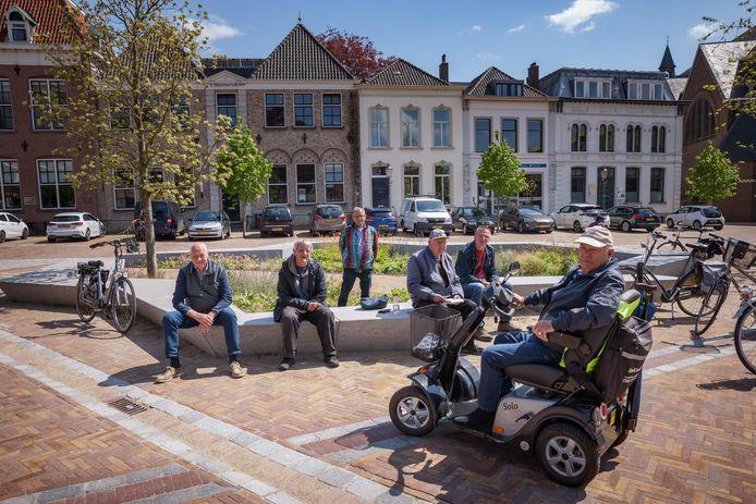 En wat vinden de Zevenbergse hangouderen nu van het centrum? Vaste Marktmannen (vlnr) Dick, Callie, Jan, Piet, Jos en Minus (rechts) vertellen erover. Achter hen het gebouw waar ze op kleuterschool hebben gezeten.