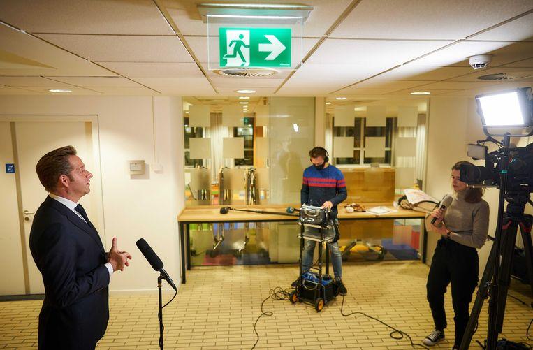 Minister Hugo de Jonge van Volksgezondheid, Welzijn en Sport en Jaap van Delden (RIVM) maakten maandag bekend dat de eerste vaccinaties vervroegd zullen plaatsvinden. Beeld ANP