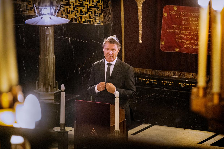 Scriba René de Reuver  in de Rav Aron Schuster Synagoge in Amsterdam.