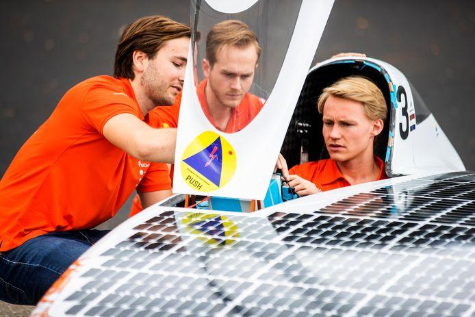 Het Vattenfall Solar Team van de TU Delft neemt met de nieuwe zonneauto deel aan de World Solar Race in Australië.