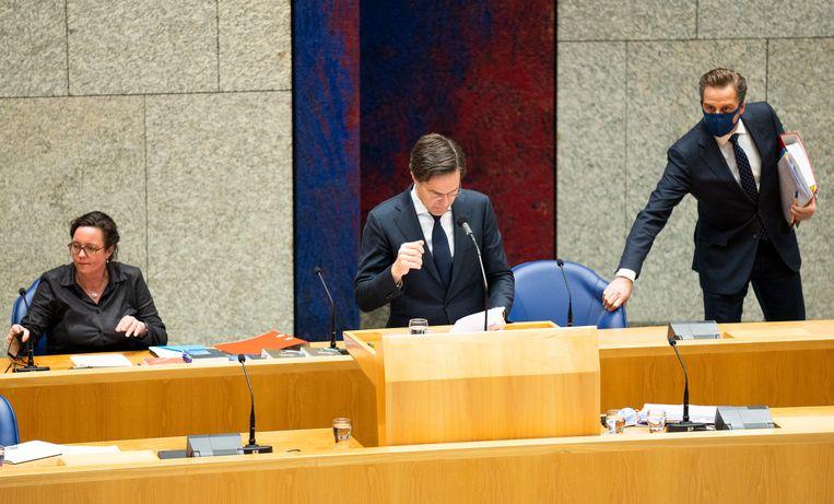 Demissionair premier Mark Rutte beantwoordt tijdens het laatste coronadebat voor de verkiezingen vragen van de Kamer. Links Tamara van Ark (Medische Zorg), rechts Hugo de Jonge (Volksgezondheid). Beeld Freek van den Bergh / de Volkskrant