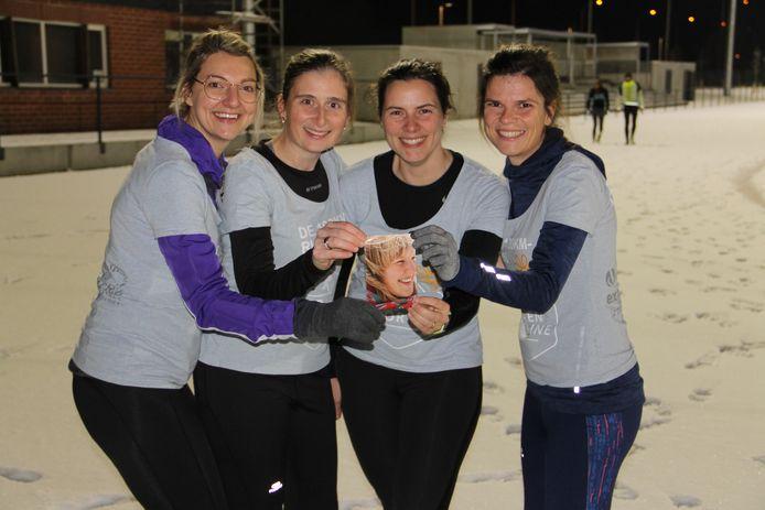 Vriendinnen Jozefien Delaere, Josefien Lammertyn, Hanne Mistiaen en Nele Desimpel lopen de 100 kilometer voor Kom op tegen Kanker ter nagedachtenis van hun in 2011 overleden vriendin Ine.