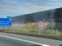 Rook over A50 door bermbrand en brandende auto.