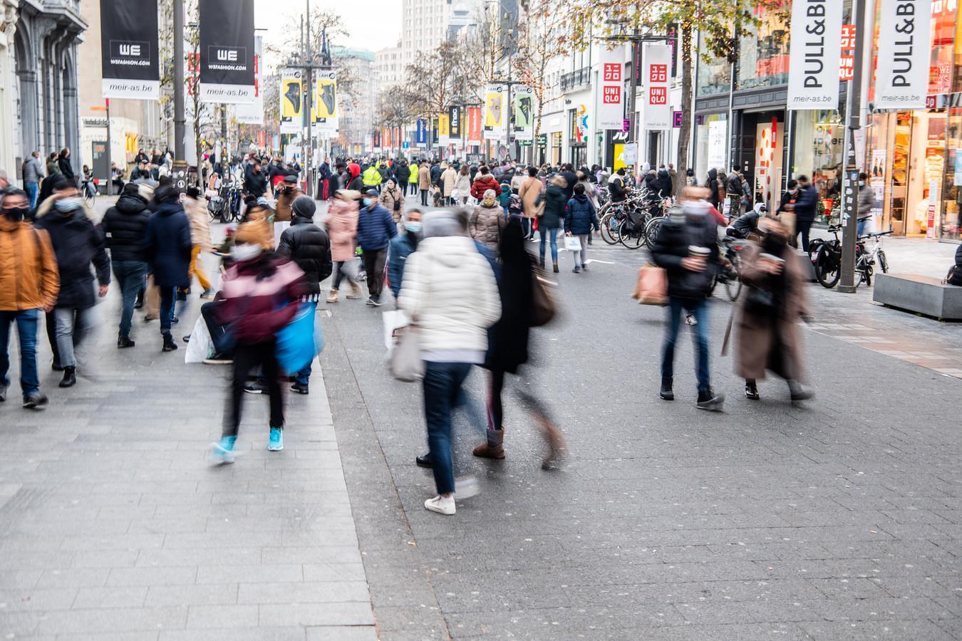 Shoppers op de Meir, de Antwerpse winkelstraat is ook bij heel veel Nederlanders geliefd.