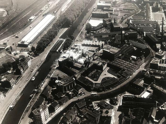 Foto van voor 1962 van het Eiland Chipka. In de Iweinstraat zijn alle privéwoningen gesloopt.