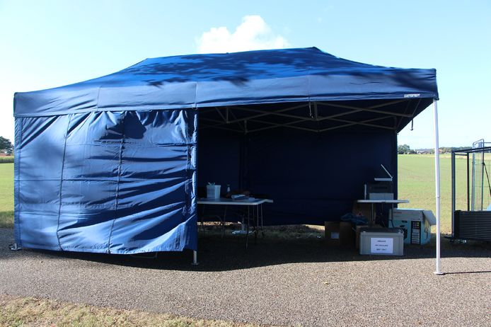 De Ariadne-tent waarin gelegenheid wordt geboden aan wie op het terrein verblijft, zich bij de gemeente in te schrijven.