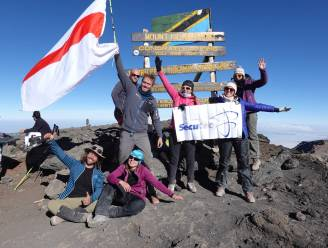Dendermondse wit-rode vlag wappert op Kilimanjaro