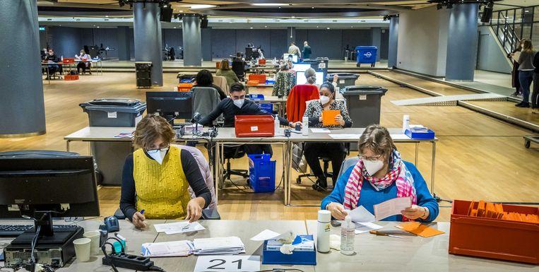 De briefstemmen van Nederlanders in het buitenland worden een week voor de verkiezingsdatum verwerkt. Kiezers buiten Nederland stemmen standaard per brief. Beeld ANP