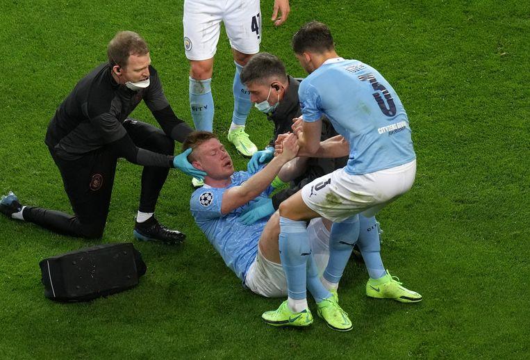 Kevin De Bruyne na zijn botsing met Chelsea-verdediger Antonio Rüdiger in de Champions League-finale. Beeld Photo News