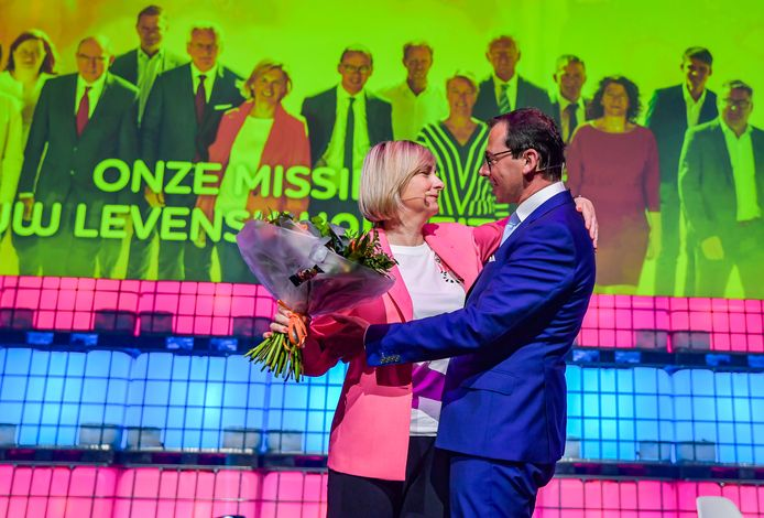 Voorzitter Wouter Beke zet Crevits in de bloemen tijdens het CD&V-congres van eind april. De onderwijsminister uit Torhout wordt door haar partij naar voor geschoven als minister-president.